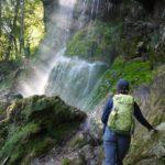Wandern mit Kindern: Warten vorm Wasserfall bis er aufhört