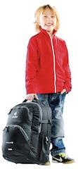 Schulanfänger schleppen oft schwere Schulranzen oder Rucksäcke mit sich. Wie viel sollte ein Kind eigentlich tragen? Foto (c) Deuter