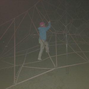 Nachts bei der Schnitzeljagd müssen die Kinder aufs Klettergerüst.  foto (c) kinderoutdoor.de