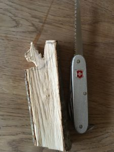 Mit der Säge vom Taschenmesser den Rohling freilegen. Bitte nicht die ganze Figur aussägen.  foto (c) kinderoutdoor.de