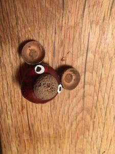 Kinder basteln mit Naturmaterialien einen Affen aus Kastanien.  foto (c) kinderoutdoor.de