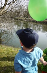 Spielstation bei der Schatzsuche: Helmhüpfen. Das macht den Kindern garantiert Spaß. foto (c) kinderoutdoor.de