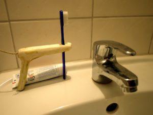 Kinder schnitzen kreativ den Zahnbürstenhalter. foto (c) kinderoutdoor.de