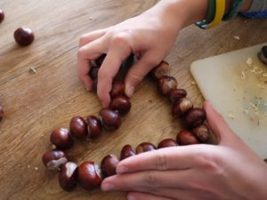 Vorsichtig das Kastanienherz in seine Form drücken.  Foto (c) kinderoutdoor.de