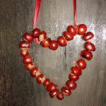 Basteln mit Kastanien: Anleitung für ein hübsches Herz