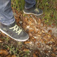 Dank GORE-TEX sind die Kinder Winterschuhe von LOWA wasserdicht und warm. Selbst ein rutschiger Boden im Herbstwald ist kein Problem für die bissige Sohle. foto (c) kinderoutdoor.de