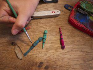 Nach dem Schnitzen malen die Kinder mit Wasserfarben die Libellen an.  foto (c) kinderoutdoor.de