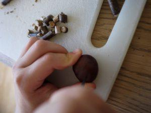 Kinder basteln mit Kastanien: Mit dem Taschenmesser zwei Löcher in die runde Oberseite bohren.  foto (c) kinderoutdoor.de