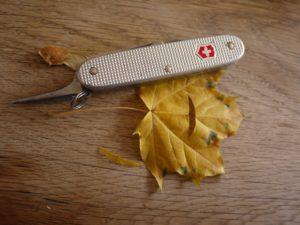 Mit dem Taschenmesser schneidet Ihr das Cockpitfenster aus.  foto (c) kinderoutdoor.de