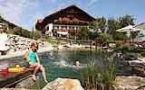 Ländliche Idylle pur gibt es auf dem ausgezeichneten Bauernhof Bussjägerhof im bayerischen Bad Böbing. foto (c) Bussjägerhof  Bad Böbing