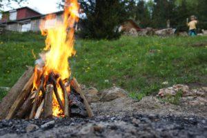 Schokobananen am Lagerfeuer zubereiten. Ein simples, aber bei den Kindern beliebtes Outdoorrezpt. foto (c) kinderoutdoor.de
