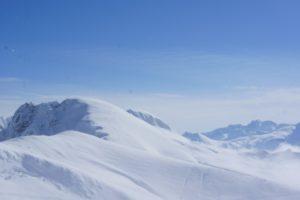 Skitouren mit Kindern: Bevor Ihr zum ersten Mal im unpräparierten Gelände aufsteigt, müssen die Kinder und Ihr fit im Tiefschneefahren sein.  foto (c) kinderoutdoor.de