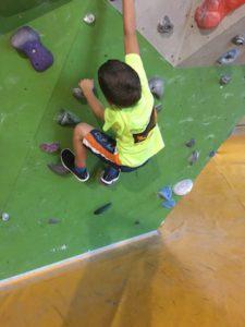 Bouldern mit Kindern in der Kletterhalle: Wir haben fünf Tipps für Euch.  foto (c) kinderoutdoor.de