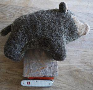 Schnitzen mit Kindern: Kreativ wagen wir uns an das Wildschwein ran. foto (c) kinderoutdoor.de