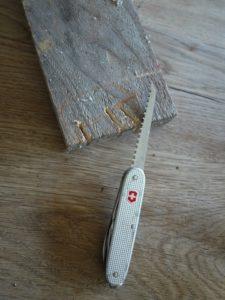 Kinder werken mit dem Taschenmesser: Zuerst die Beine vom Widschwein aussägen. foto (c) kinderoutdoor.de