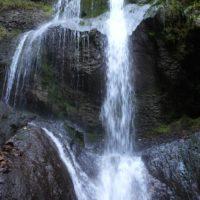 Kinder wandern im Allgäu: Zu jeder Jahreszeit ist der Wasserfall bei Niedersonthofen ein lohnendes Ziel.  foto (c) kinderoutdoor.de