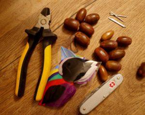 Basteln mit Eicheln: Hier ist das Material für die Wurfpfeile. Foto (c) kinderoutdoor.de
