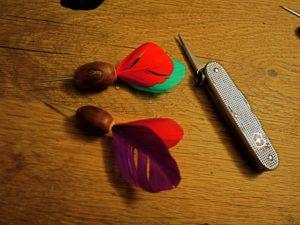 Basteln mit Naturmaterialien: Unsere Darts aus Eicheln sind fertig. foto (c) kinderoutdoor.de