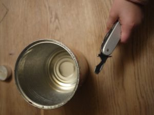 Bevor wir basteln leeren wir die Dose aus. foto (c) kinderoutdoor.de