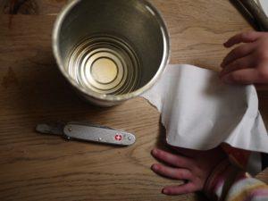 Schnell noch die Banderole der Dose entfernt und das Basteln kann losgehen. foto (c) kinderoutdoor.de