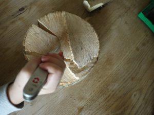 Kinder werken mit dem Taschenmesser: Bohrt ein Loch für den Stiel vom Pilz.  foto (c) kinderoutdoor.de