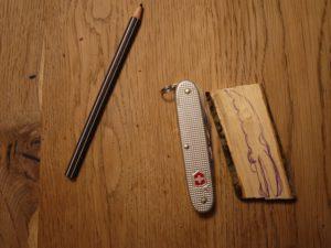 Kinde werken mit dem  Taschenmesser: Auf das gepaltene Holz zeichnet Ihr ein Krokodil auf. foto (c) kinderoutdoor.de