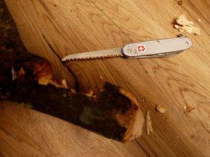 Schnitzanleitung für einen Kleiderbügel: Entfernt nun das Holz zwischen den beiden Sägeschnitten.  foto (c) kinderoutdoor.de