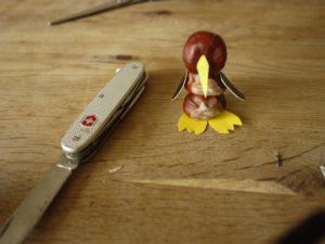 Gleich ist der Pinguin aus Kastanien fertig. Die Flügel hat er bereits. foto (c) kinderoutdoor.de