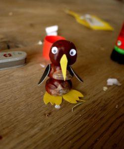 Fertig ist unser Pinguin aus Kastanien. Der will gleich loswatscheln. foto (c) kinderoutdoor.de