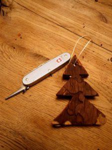 Fertig ist der von den Kindern gebastelte Anhänger für den Weihnachtsbaum.  foto (c) kinderoutdoor.de