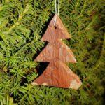 Basteln mit Baumrinde: Einen Anhänger für den Weihnachtsbaum schnitzen