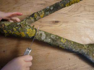 Kinder werken mit dem Taschenmesser und lernen wie vielseitig dieses ist. foto (c) kinderoutdoor.de