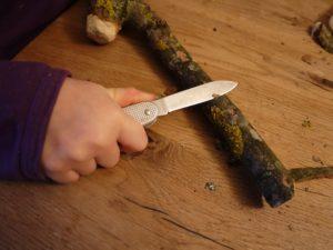 Nun schnippeln die Kinder mit dem Taschenmesser die Rinde ab. foto (c) kinderoutdoor.de