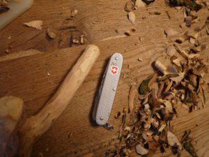 MIt dem Taschenmesser runden wir die Astgabel an ihrem Ende ab. foto (c) kinderoutdoor.de