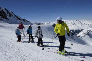 Winterurlaub in Tirol, wie hier am Stubaier Gletscher, kann für Familien günstiger sein, wenn die die speziellen Familienangebote nutzen.  foto (c)      ©Tirol Werbung / Moser Laurin