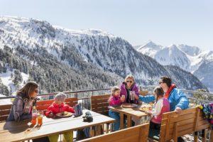 Skiurlaub mit Kindern in Tirol. Wer die günstingen Angebote für Familien nutzt, kann das gesparte Geld auf der Skihütte, wie hier am Hochzeiger, in Tiroler Essen investieren.  foto©Tirol Werbung / Pupeter Robert