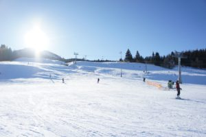 """Familienurlaub in Bayern. Hier sind die Gäste gerne auf der Skipiste unterwegs. Dazu Jens Huwald von der Bayern Marketing GmbH:""""Das Skiparadies Sudelfeld im Mangfallgebirge gilt laut """"Skigebiete-Test.de"""" als das familienfreundlichste Skigebiet Bayerns. Hier wurden viele Modernisierungsmaßnahmen umgesetzt: neuer Snowpark mit Freeride-Cross-Strecke, neue 6er-Sesselbahn und erweiterte Beschneiungsanlagen. So rüstet jede Region für sich auf, um den Urlaubern einen unbeschwerten Aufenthalt zu garantieren."""" Foto (c) kinderoutdoor.de"""