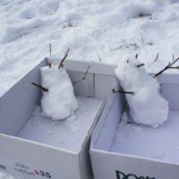Schatzsuche im Winter: Die beiden Schneemänner sind startklar an unserer Spielstation.   foto (c) kinderoutdoor.de