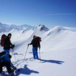 Winterurlaub in Bayern: Familien beim Skifahren, Klausentreiben, rodeln und Baden
