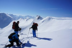Urlaub in Bayern. Im Winter gibt es genügend Möglichkeiten für Outdoorfamilien abseits der Skipisten unterwegs zu sein, wie hier im Allgäu beim Schneeschuhlaufen.  foto (c) kinderoutdoor.de