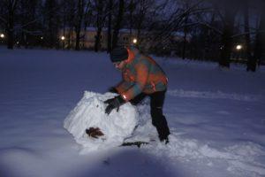 Schnitzeljagd im Schnee: Da habe ich es ein wenig mit der Schneekugel übertrieben...... foto (c) kinderoutdoorde