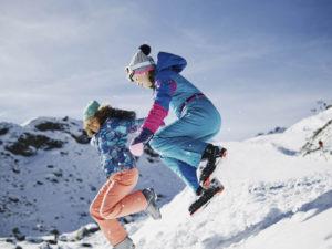 Mit Skibekleidung von O'Neill haben die Kinder Spaß im Schnee.  foto (c) O'Neill