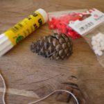 Weihnachtsbaumschmuck basteln mit Kindern: Wunderschöne Zapfenanhänger