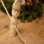 Kinder schnitzen mit dem Taschenmesser einen Nikolaus: Wir haben die Anleitung dazu