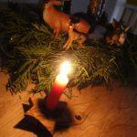 Basteln mit Baumrinde: Kinder schnitzen einen Kerzenständer