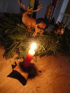 Der gebasteltet Kerzenständer aus Baumrinde ist ein Hingucker und schafft tolle Atmosphäre.  foto (c) kinderoutdoor.de