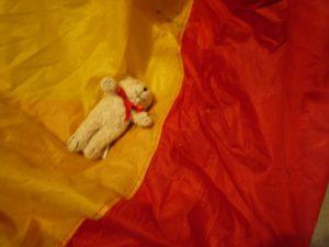 Spielidee für die Schatzsuche am Kindergeburtstag: Eisbären schleudern! Foto (c) kinderoutdoor.de