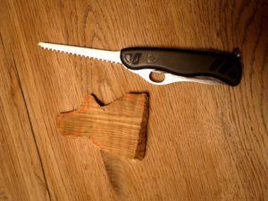 Kinder werken mit dem Taschenmesser und sägen die Figur aus dem Holz heraus. foto (c) kinderoutdoor.de