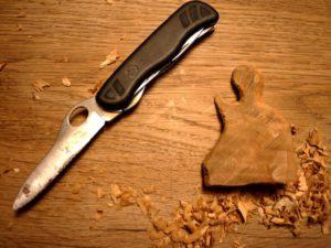 Nun schnitzen wir mit dem Taschenmesser die Feinheiten unserer Krippenfigur. foto (c) kinderoutdoor.de