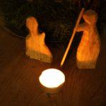 Kinder schnitzen mit den Taschenmesser eine Krippenfigur: Teil II Josef